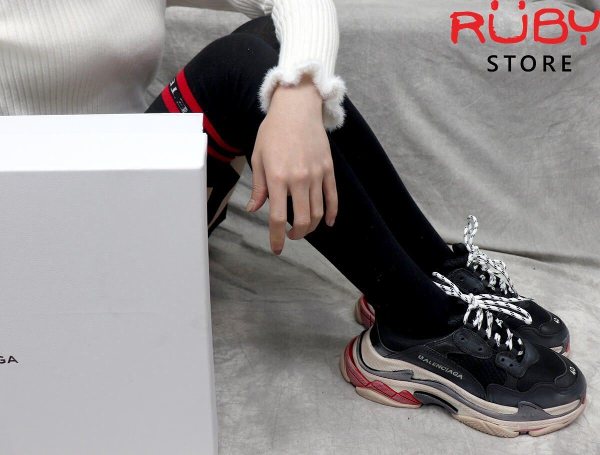 Giày Balenciaga Triple S Đỏ Đen on feet cho nữ
