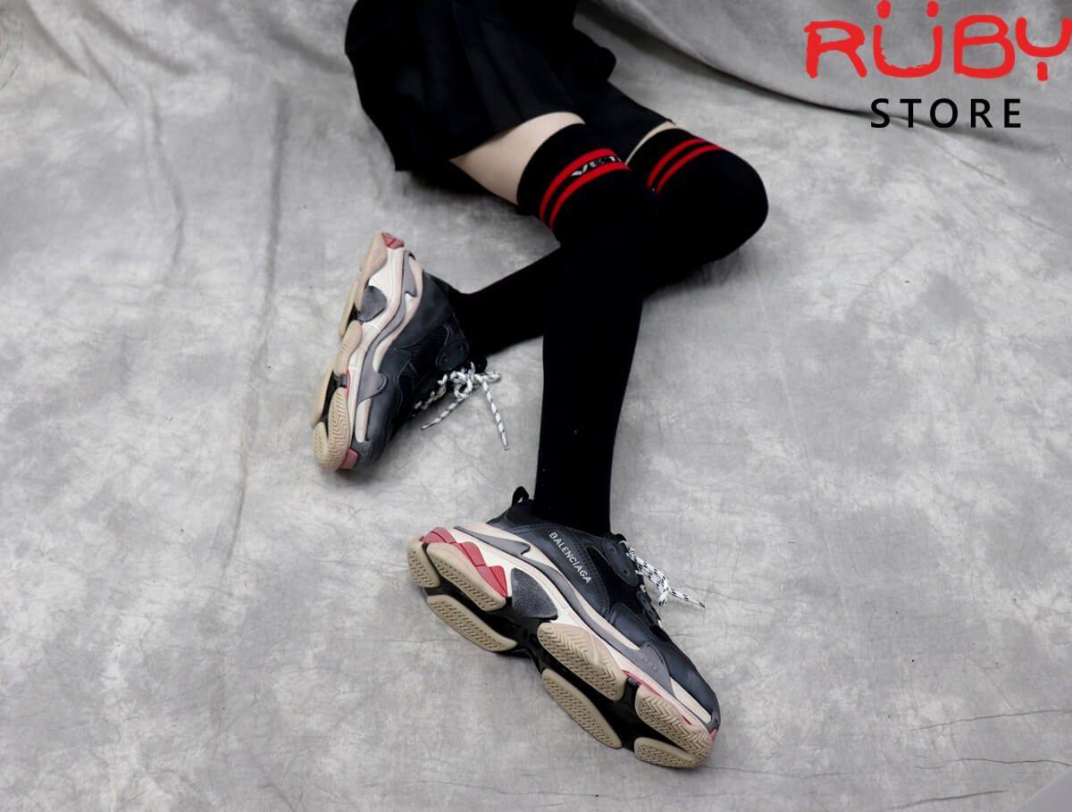On feet đôi giày Balenciaga Triple S Đỏ Đen nữ