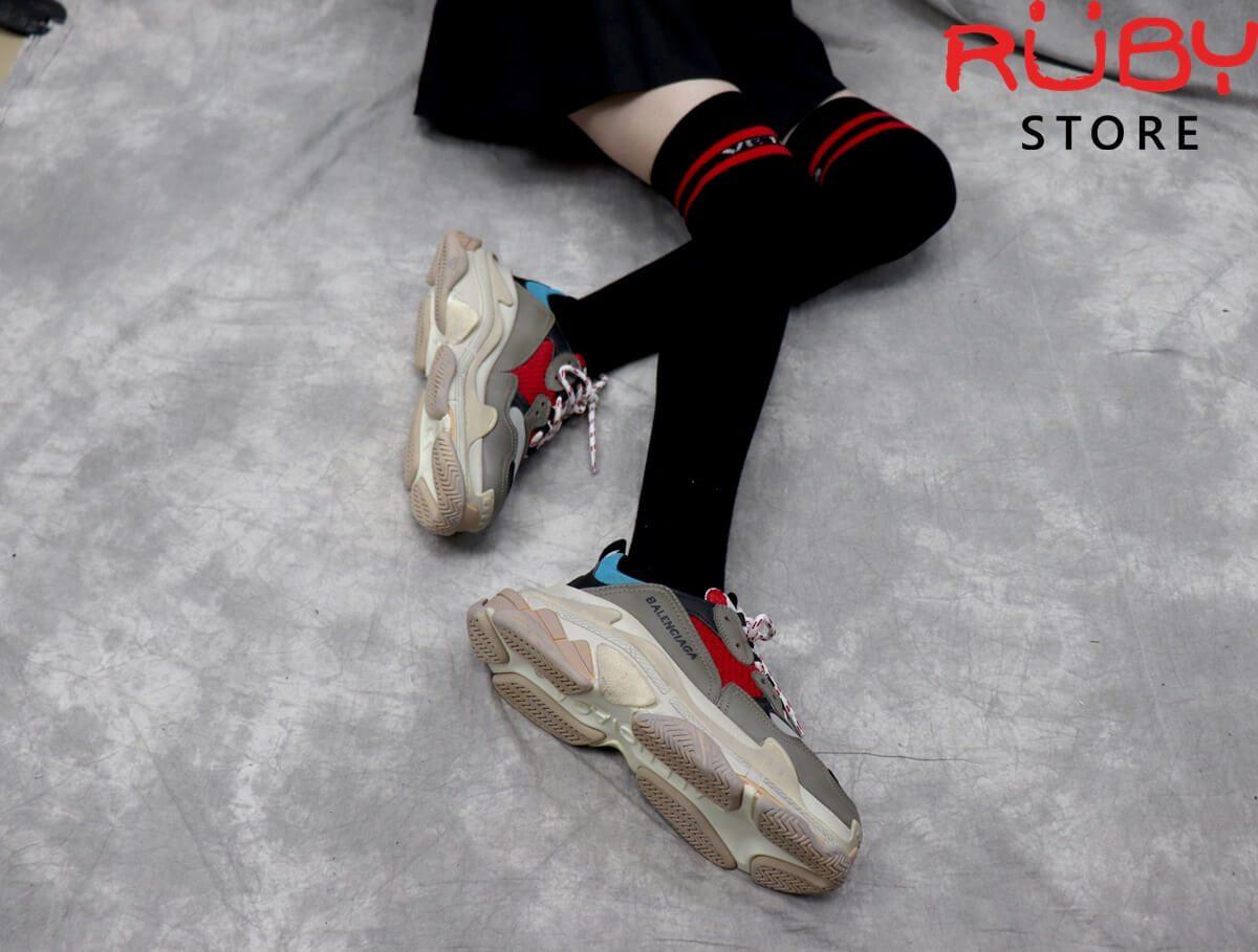On feet Đôi giày Balenciaga Triple S xanh đỏ tại Ruby Store