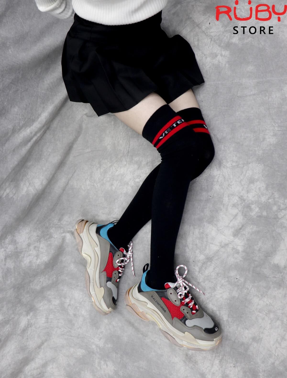 Phối đồ Đôi giày Balenciaga Triple S xanh đỏ cho nữ