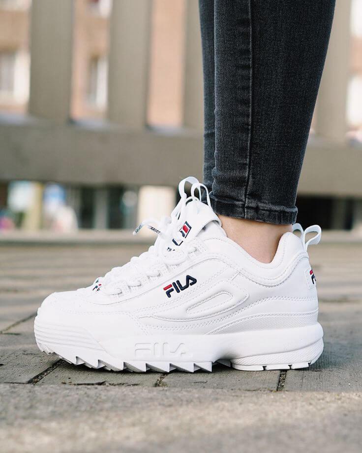 Đơn giản và nhẹ nhàng hơn khi mix giày Fila disruptor 2 với quần Jean đơn giản.