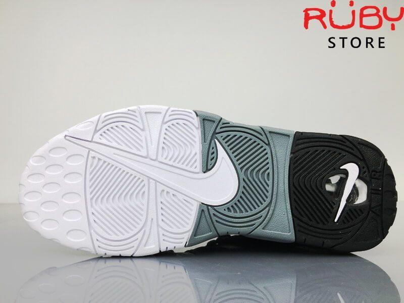 2 chiếc Giày Nike Uptempo Tri-Color 3 màu trên sàn nhà phần đế