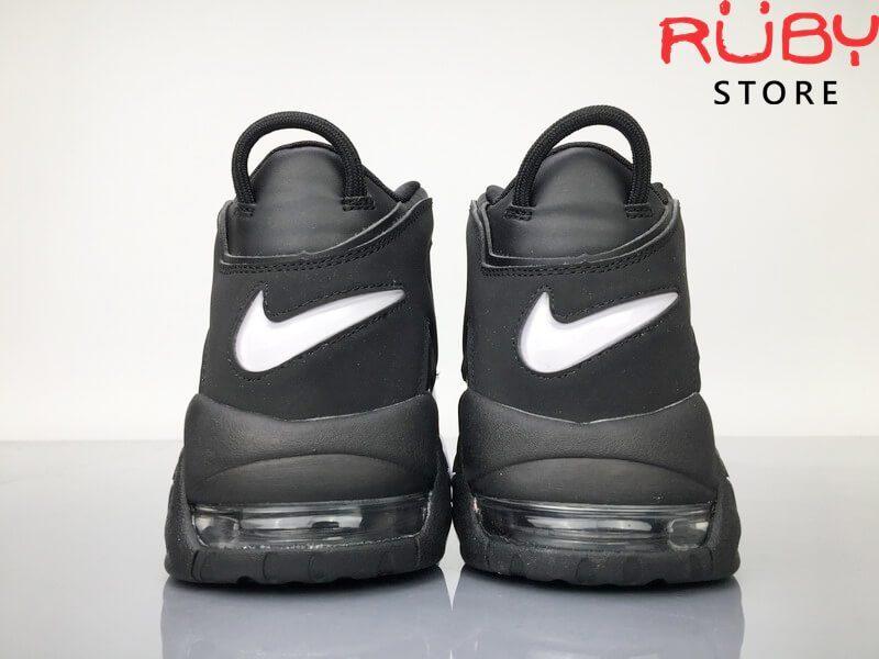 2 chiếc Giày Nike Uptempo Tri-Color 3 màu trên sàn nhà phần gót
