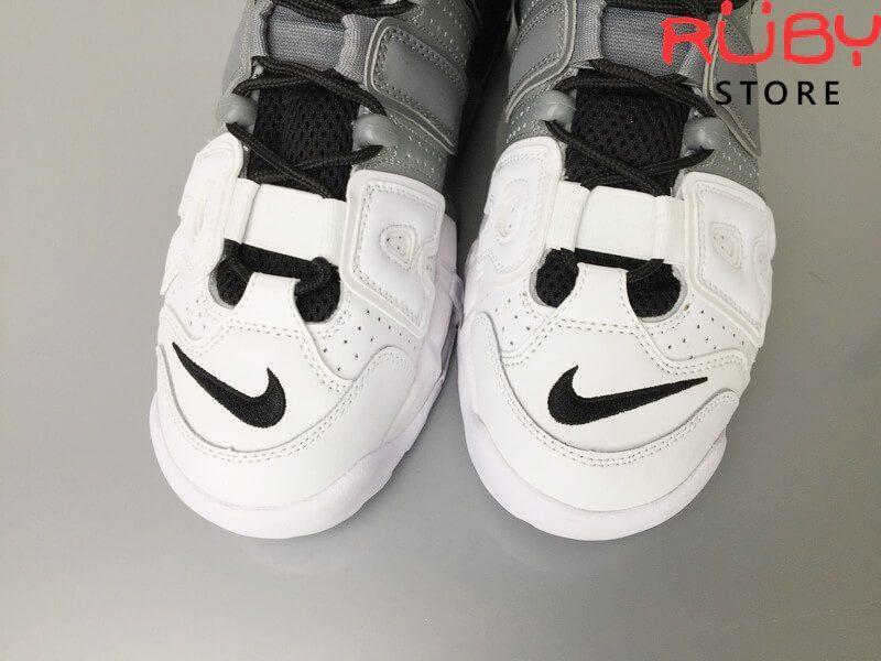 2 chiếc Giày Nike Uptempo Tri-Color 3 màu trên sàn nhà phần mũi