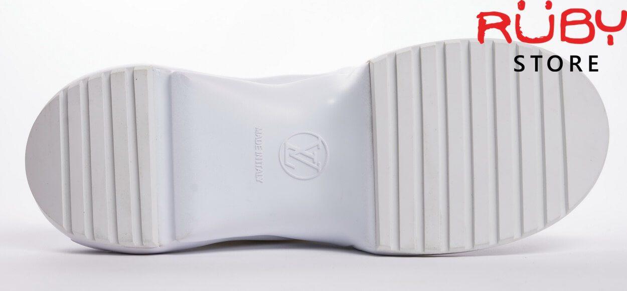 Phần đế trắng với logo LV và các sọc ngang