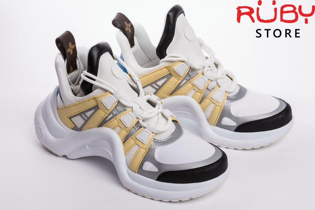 Đôi giày Louis Vuitton Archlight màu trắng vàng trên sàn nhà