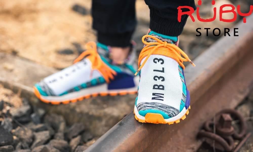 Đôi Solar Hu có dây giày mang tính chất trang trí