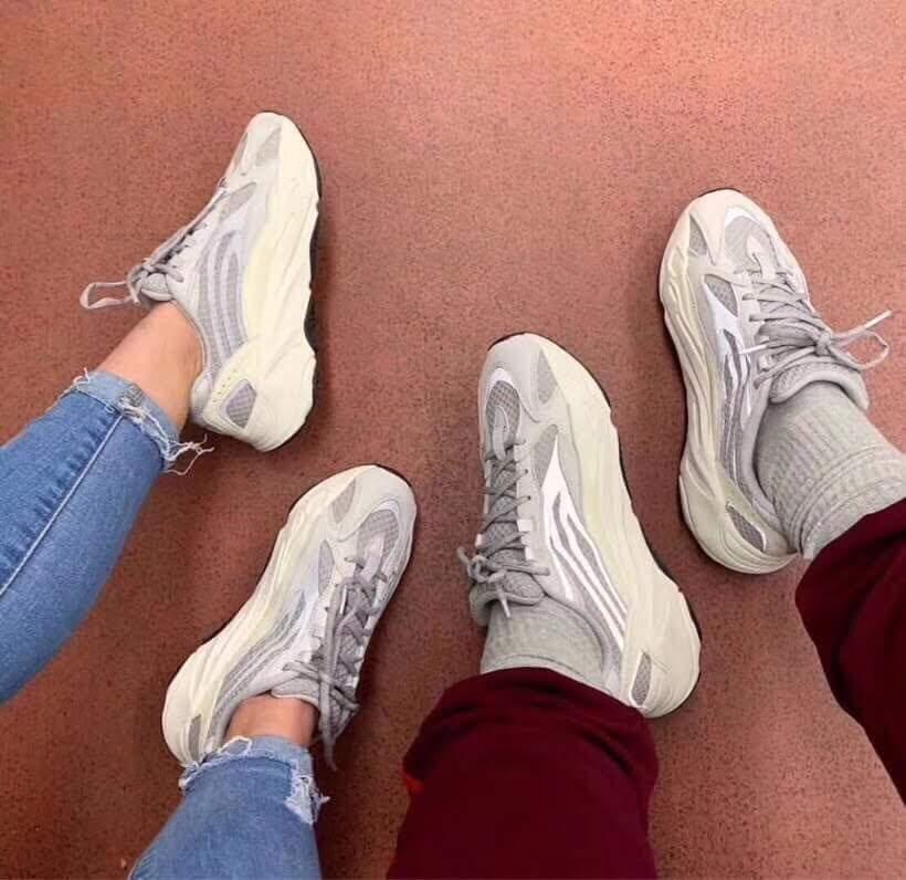 Yeezy 700 Static nam nữ on feet