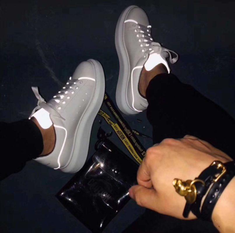 Sneaker Alexander McQueen thêm chi tiết dạ quang vào trên phần da giày