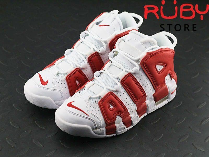 2 chiếc Giày Air More Uptempo trắng đỏ tổng thể trên sàn nhà