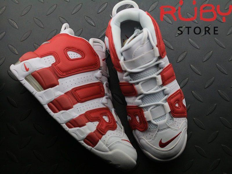 2 chiếc Giày Air More Uptempo trắng đỏ trên sàn nhà