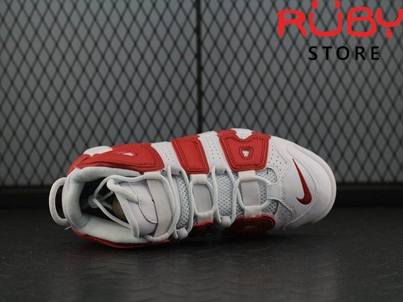 Giày Air More Uptempo trắng đỏ trên sàn nhà phần upper