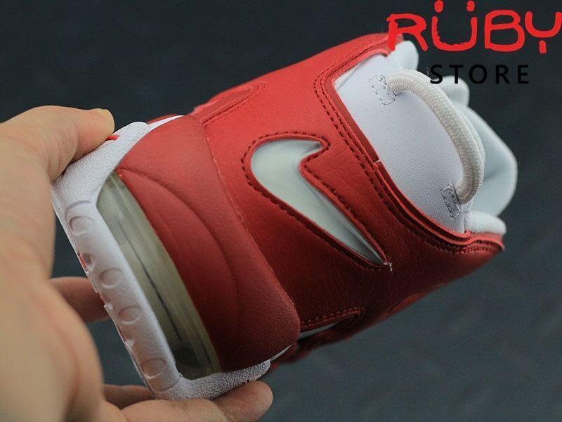 Giày Air More Uptempo trắng đỏ trên tay phần gót