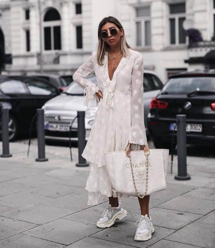 Đầm phới với giày Balenciaga Triple S