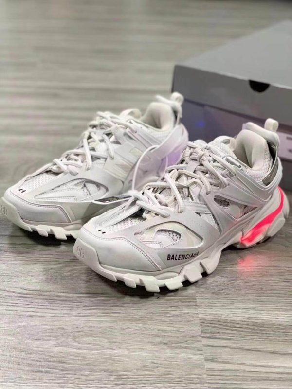 Đèn Led ở phần gót giày Balenciaga Track Led