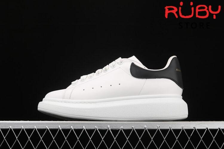 Giày Alexander McQueen đen bóng - trái