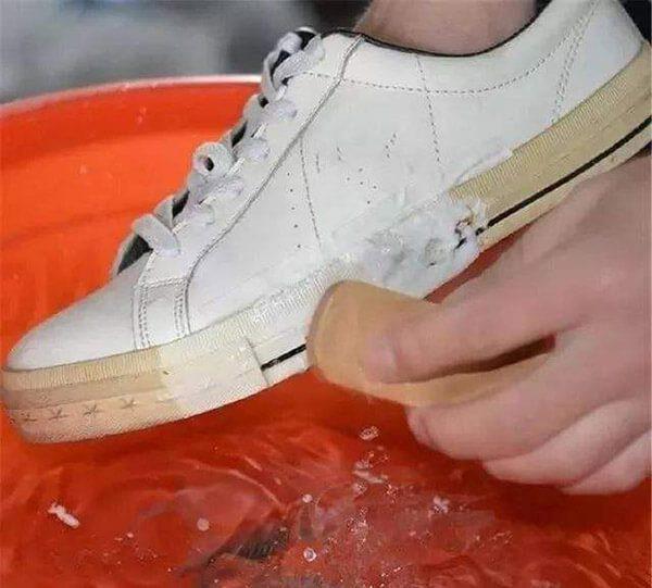 Cách giặt giày trắng bị ố vàng bằng cách ngâm bia
