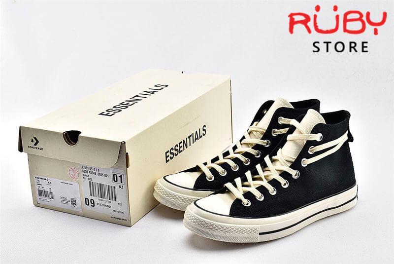 đôi giày Converse x Fear of God Essentials màu đen bên cạnh chiếc hộp