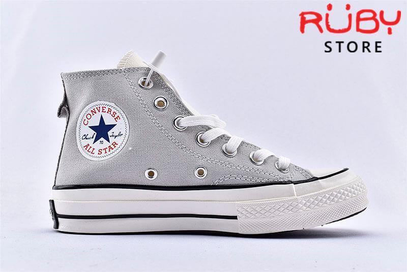 Mặt bên phải giày Converse x Fear of God Essentials màu xám cổ cao
