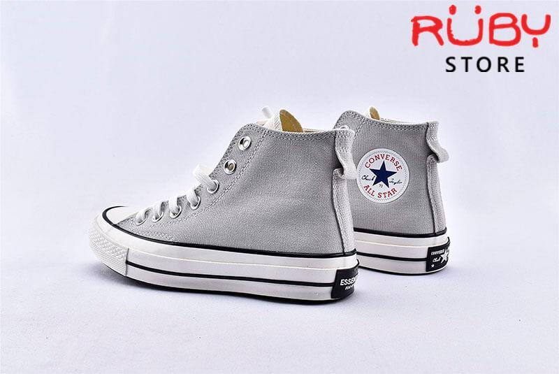 Phần sau gót đôi giày Converse x Fear of God Essentials màu xám