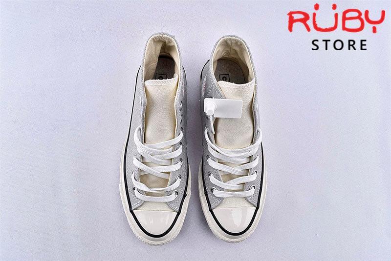 Phần trên đôi giày Converse x Fear of God Essentials màu xám