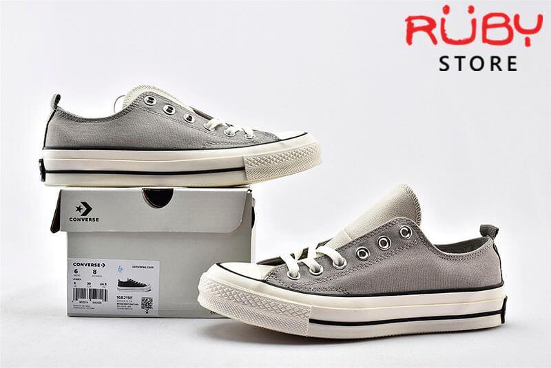 Đôi giày Converse x Fear of God Essentials màu xám cổ thấp đặt trên chiếc hộp