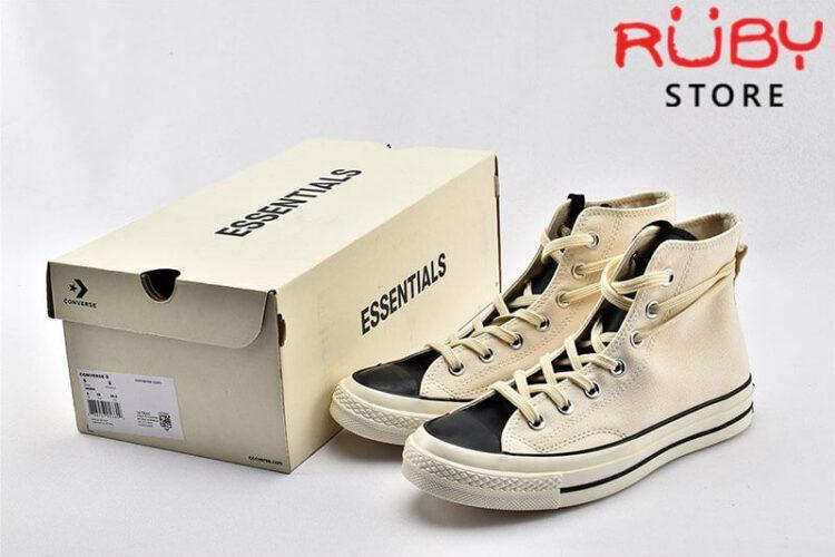 Đôi giày Converse x Fear of God Essentials màu trắng cạnh hộp giấy