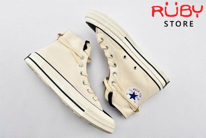 Đôi giày Converse x Fear of God Essentials màu trắng nằm trên nền trắng