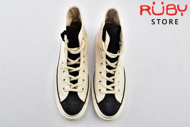 Đôi giày Converse x Fear of God Essentials màu trắng góc nhìn trên xuống