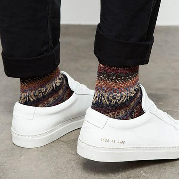 Tất xanh lá đậm, nâu đỏ + giày trắng