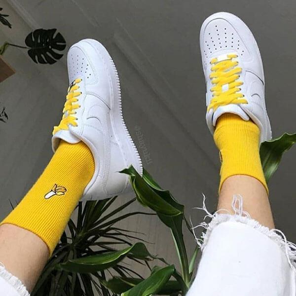 Tất vàng nhạt và xanh nhạt + giày trắng