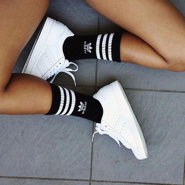 Tất đen + giày trắng