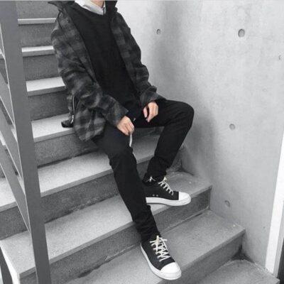 Quần jean đen là chuẩn mực với giày Rick cổ cao và cổ thấp